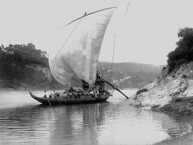 foto antiga barco rabelo transporte vinho porto