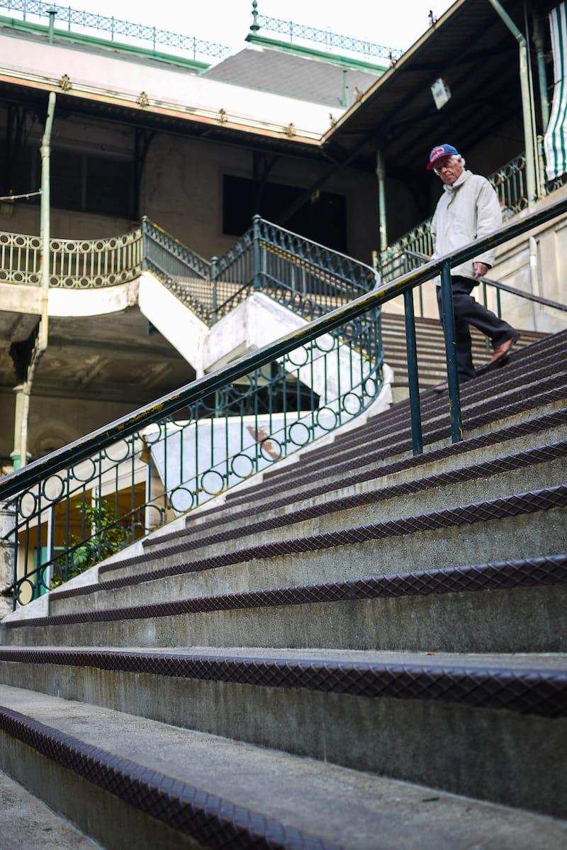 homem descer escadas mercado bolhao