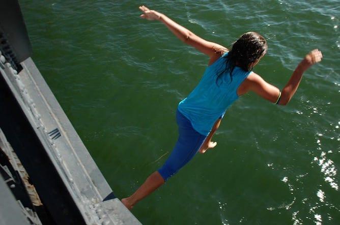 kids jumping from luis bridge porto