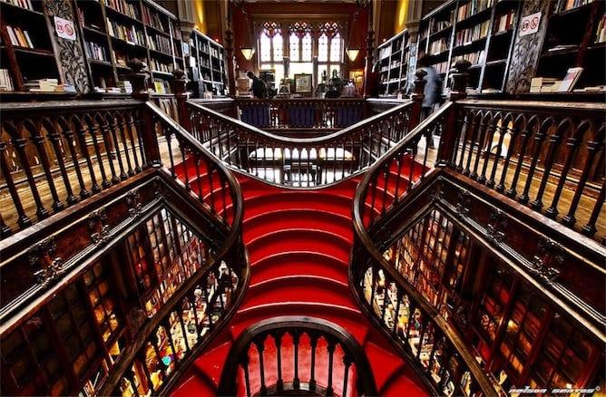 escadaria livraria lello