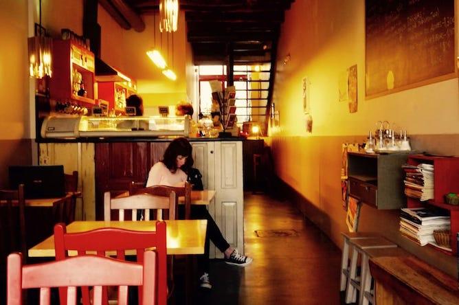 main room duas de letra cafe work porto