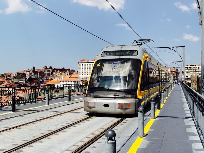 Tren del Metro de Porto Cruzando el puente de Luis I. Portugal.