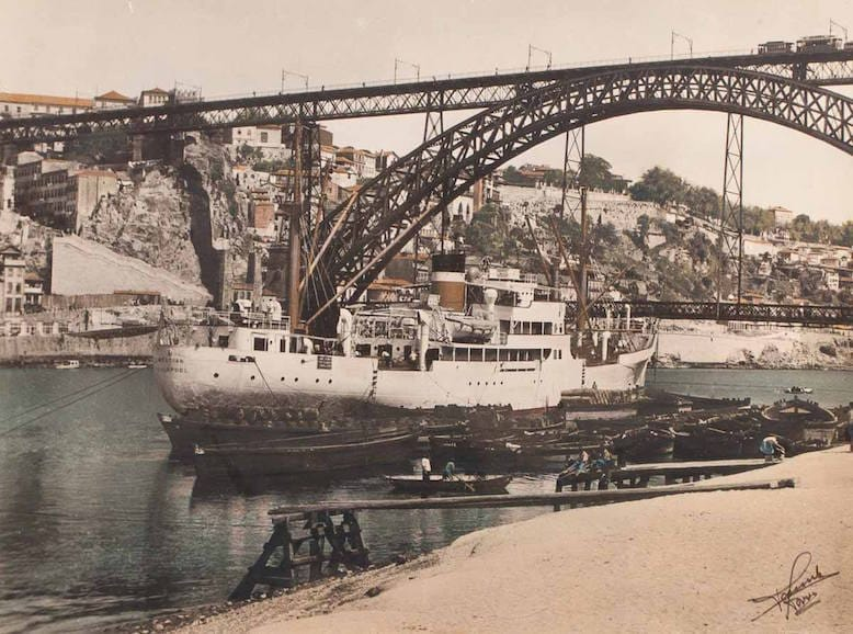 Navio Mercian, da empresa Ellerman Papayanni Lines, de Liverpool, no rio Douro, c. 1957. Foto retirada do blog www.portoarc.blogspot.com
