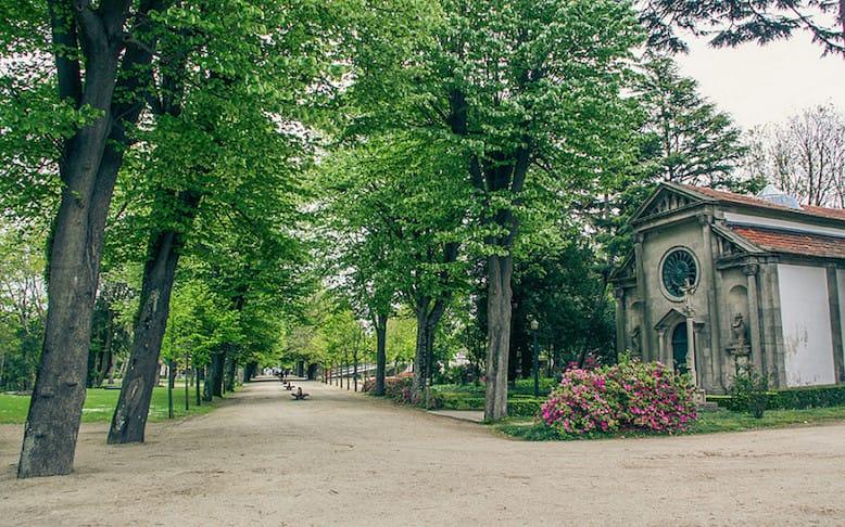 A Avenida das Tílias, com a capela dedicada a Carlos Alberto. Foto de<a href=