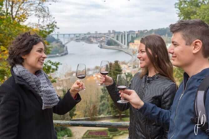 tour privado porto casal brindando com vinho porto