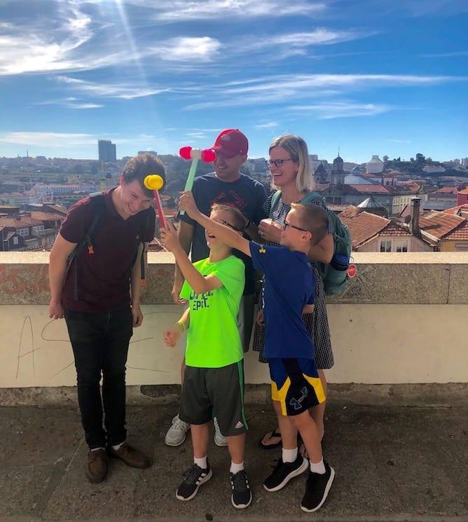 criancas brincando durante tour privado porto