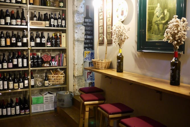 capela incomum wine counter