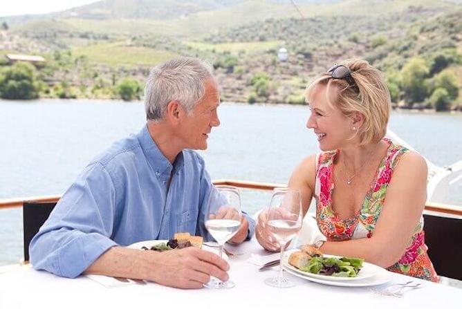 cruzeiro privado rio douro casal tomando vinhos douro