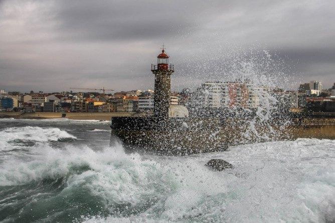 rainy days porto felgueiras lighthouse