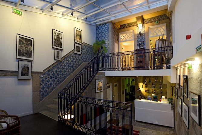 entrada revestida azulejos gallery hostel porto