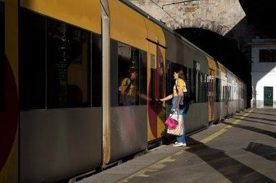 guide train stations porto portugal