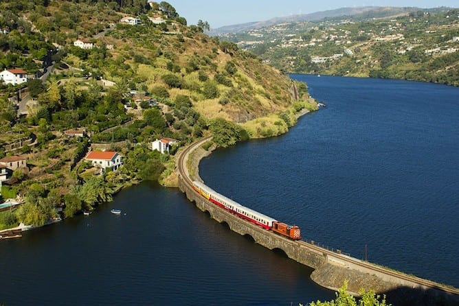 how to get from porto to douro valley