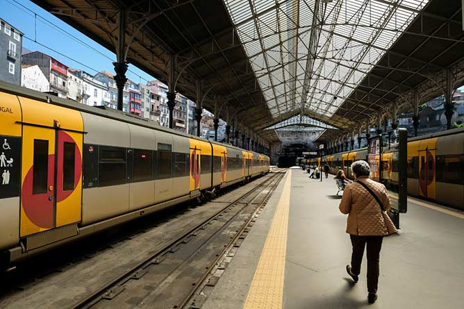 using sao bento train station porto