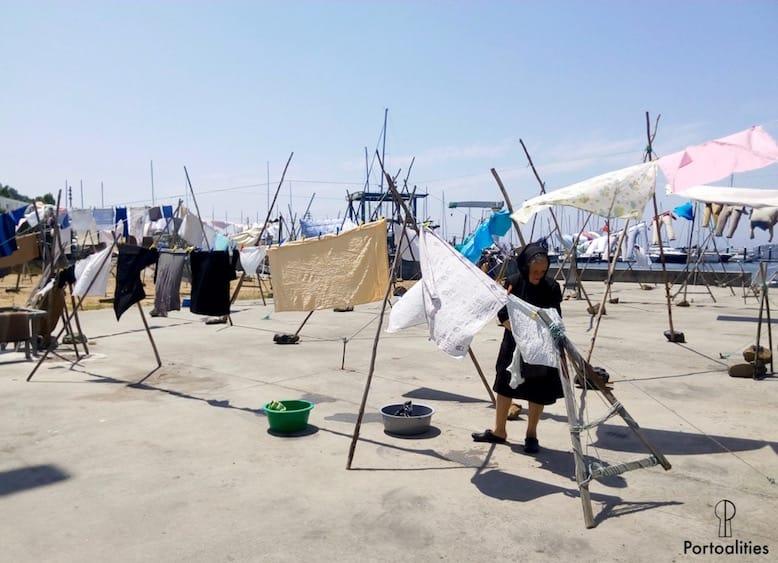 roupa seca em corda afurada perto porto