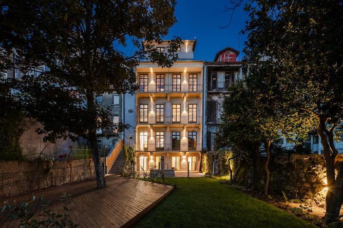 menina colina guesthouse porto front facade