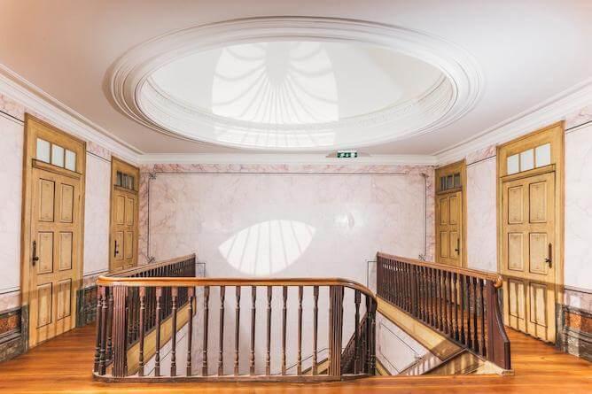 menina colina guesthouse claraboia escadaria monumental
