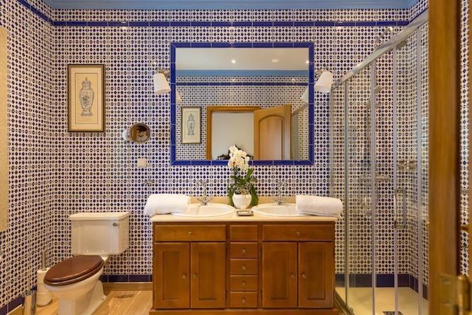 casa banho revestida azulejos tradicionais