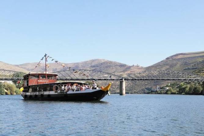cruzeiro no douro partindo da regua barco rabelo