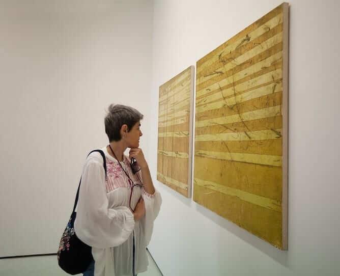 mulher visitando galerias arte miguel bombarda porto para fas design