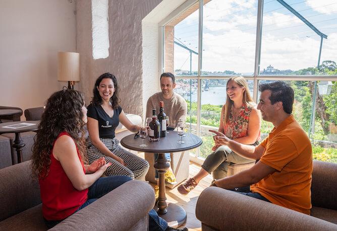 grupo amigos prova vinhos