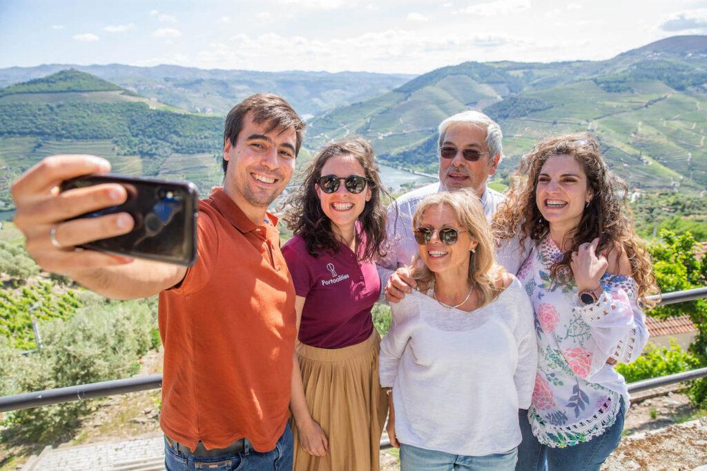 amigos tirando selfie miradouro casal loivos pinhao