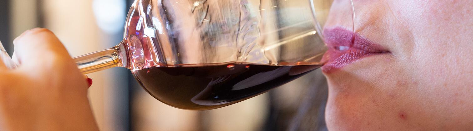 portoalities sara riobom tomando vinho porto